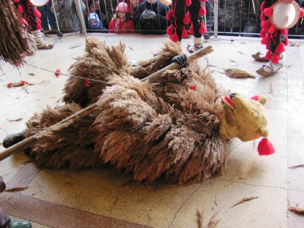 Dansul Ursului, un obicei de iarnă foarte apreciat de moldoveni