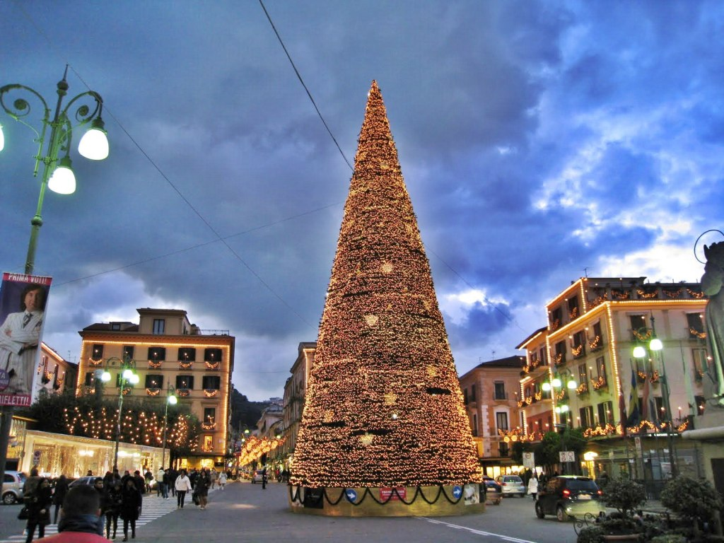 De Crăciun, Sorrento este decorat cu fel de fel de obiecte luminoase