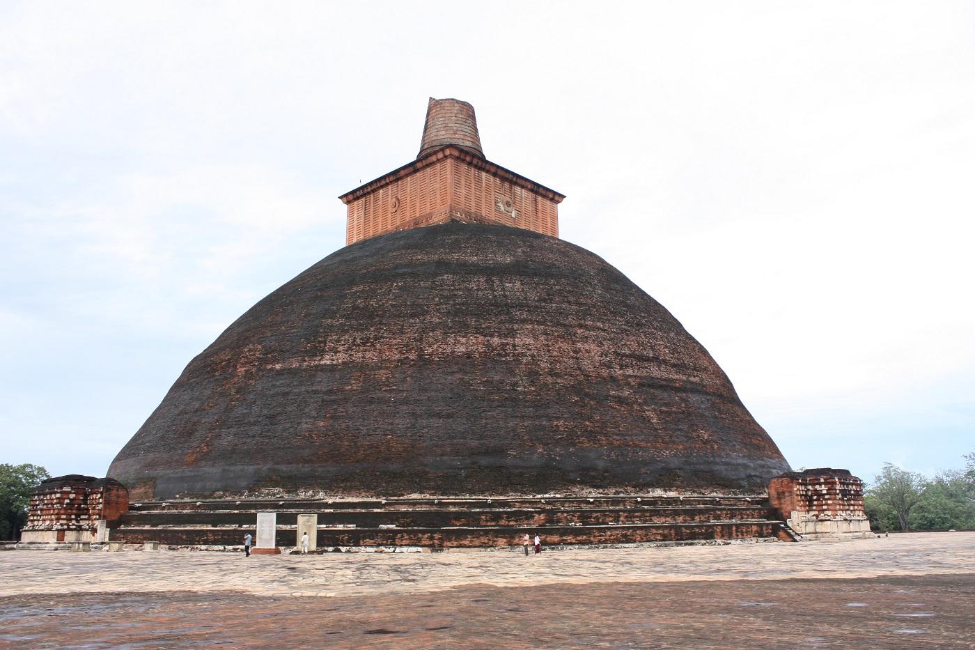 De la distanță, Templul Jetavaranamaya arată ca un mușuroi de furnici