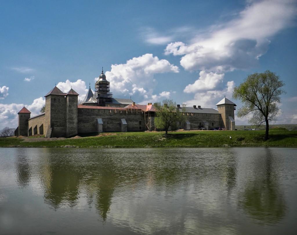 De la distanță se observă pe de-a întregul dimensiunile mânăstirii