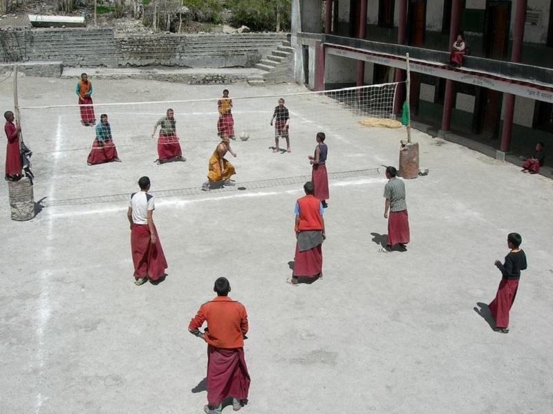 Deseori călugării joacă volei la Mănăstirea Ki