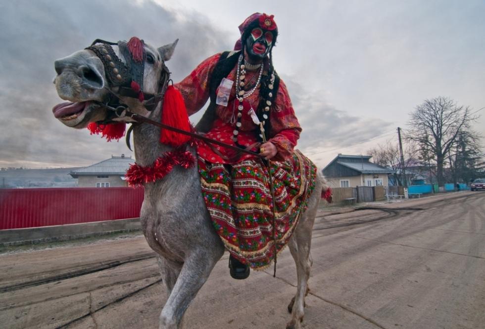 Deseori mascații obișnuiesc să străbată satul călare