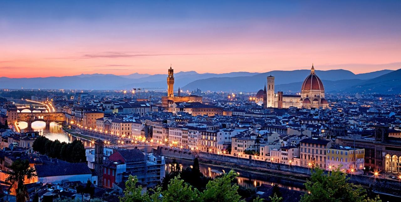 Dintre toate clădirile din Florenţa, Catedrala Santa Maria del Fiore se evidenţiază cel mai mult