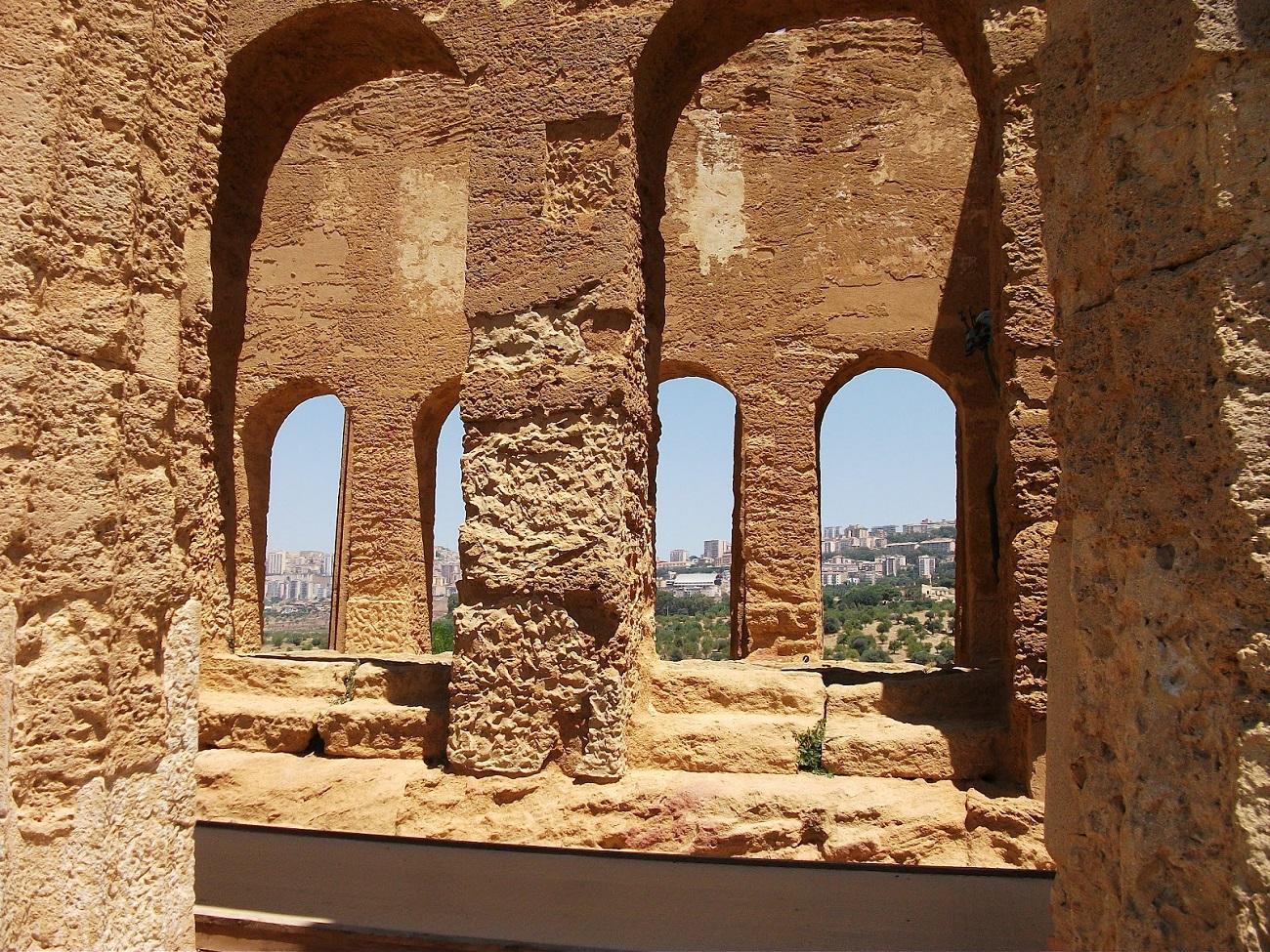 Diverse secțiuni din zidurile templelor au fost luate ca amintire de către vizitatori