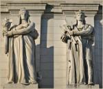 Două dintre statuile de pe fațata Union Station