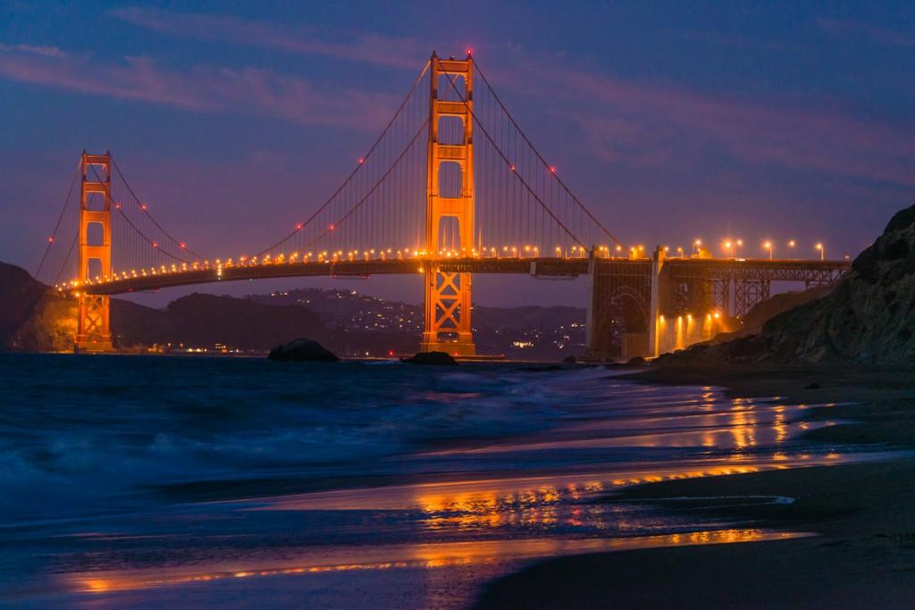 Golden Gate văzut de pe plaja Baker după lăsarea serii