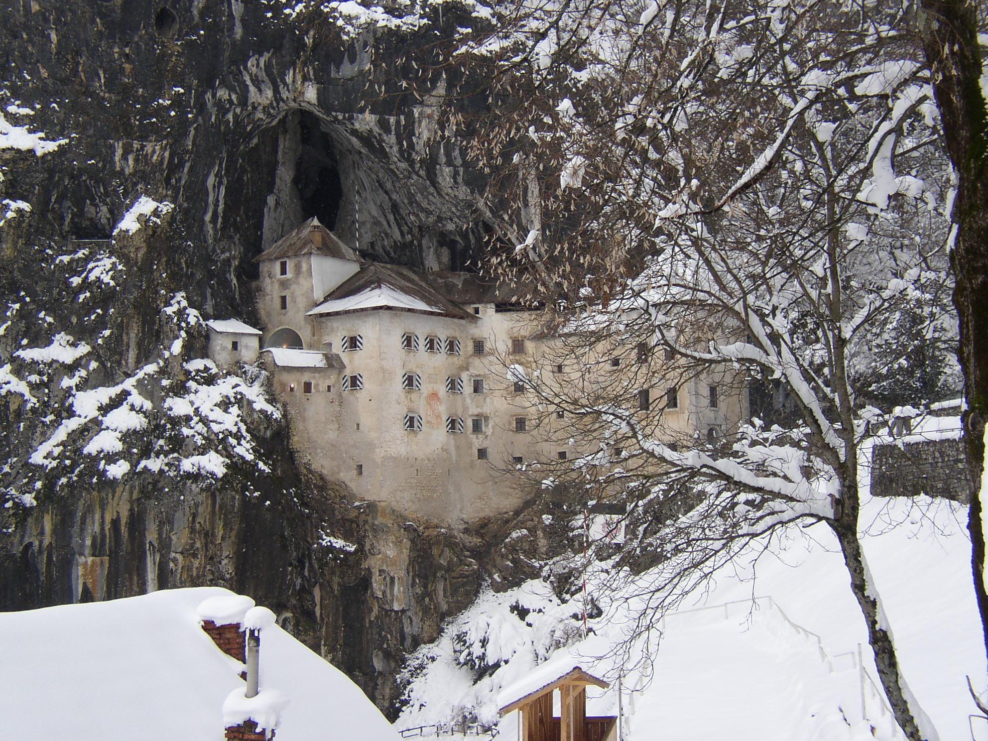 Iarna, castelul din piatră se integrează perfect în peisajul natural