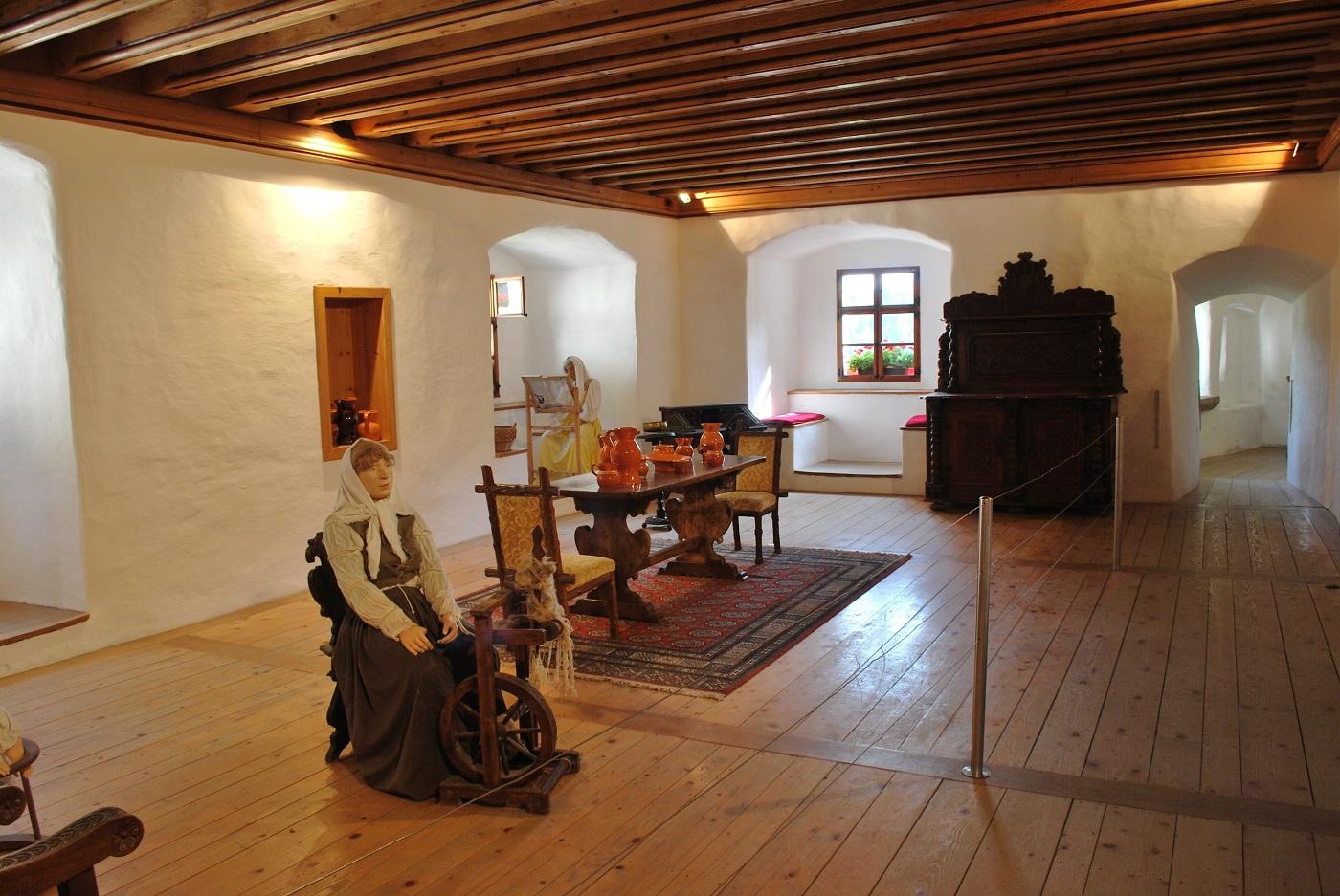 Interiorul Castelului Predjama ascunde diverse obiecte interesante