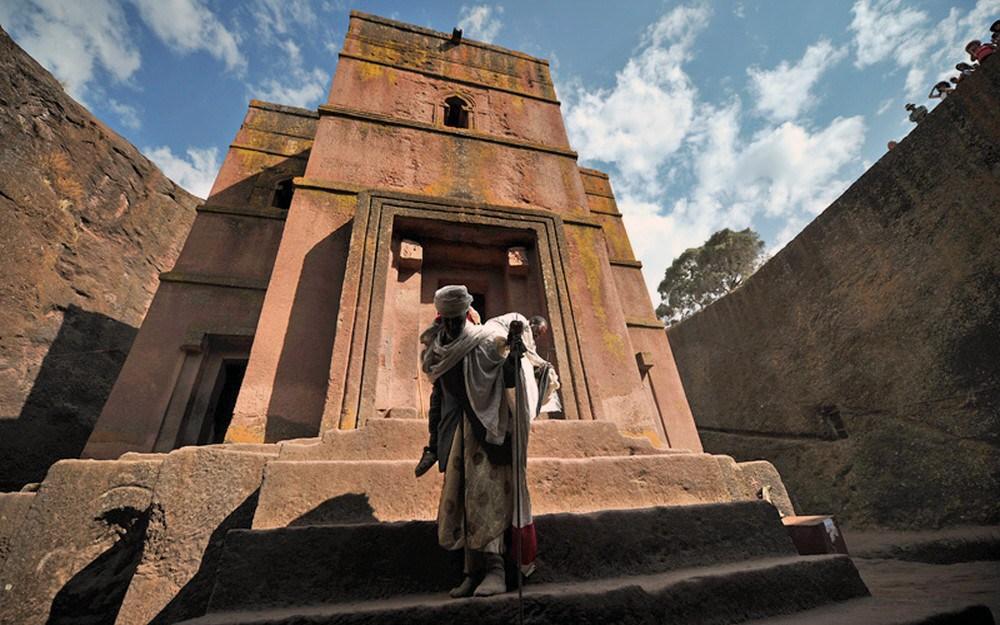 La intrarea în biserică, toți credincioșii se descalță