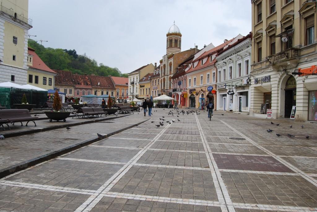 La pas printre magazinele și cafenelele din Piața Sfatului