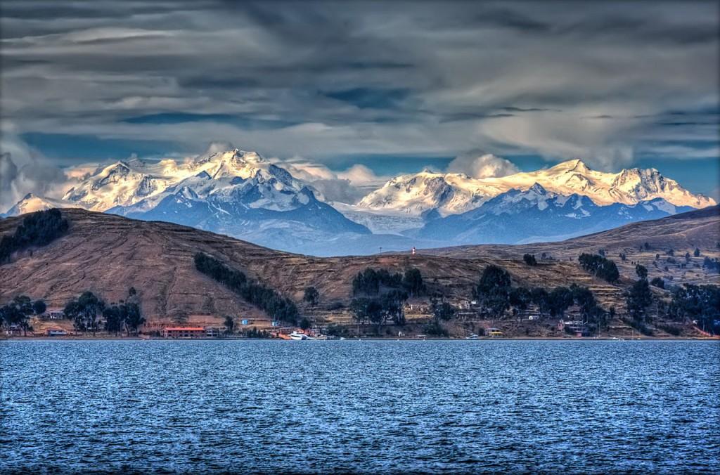 Lacul Titicaca și munții din jurul său
