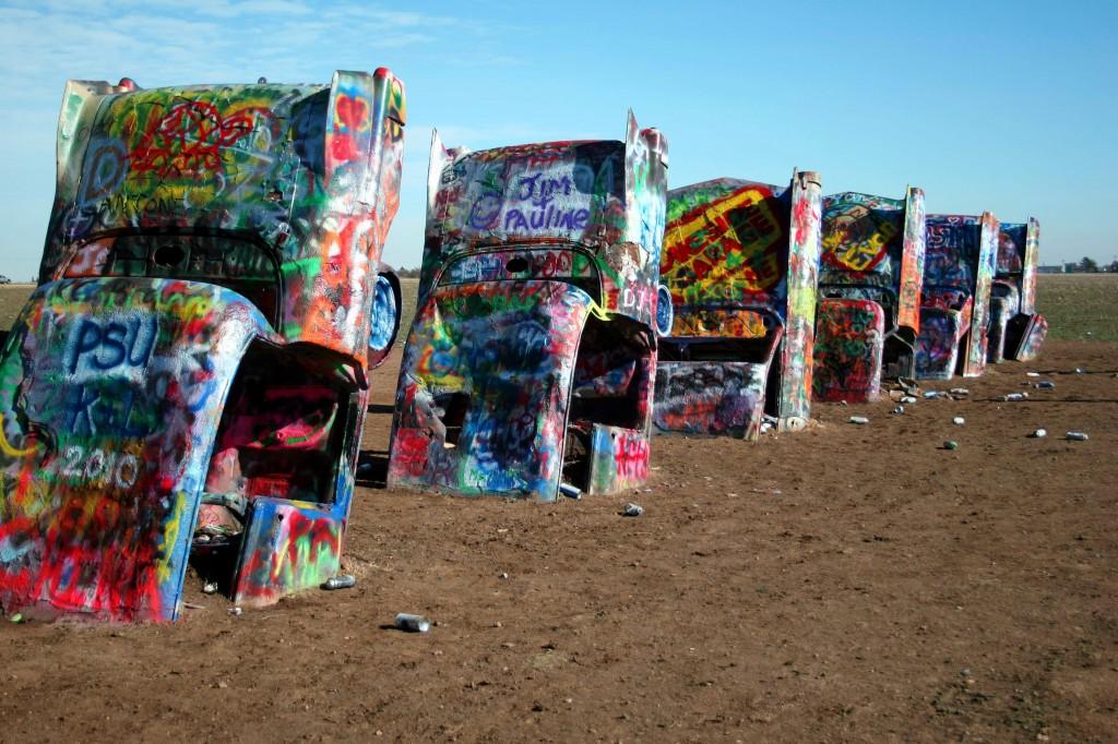 Mâzgălituri, reclame sau semnături, fiecare poate face ce vrea cu spray-ul de vopsea la Cadillac Ranch