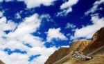 Măreţia cerului şi a munţilor din jur fac ca Mănăstirea Ki să pară foarte mică
