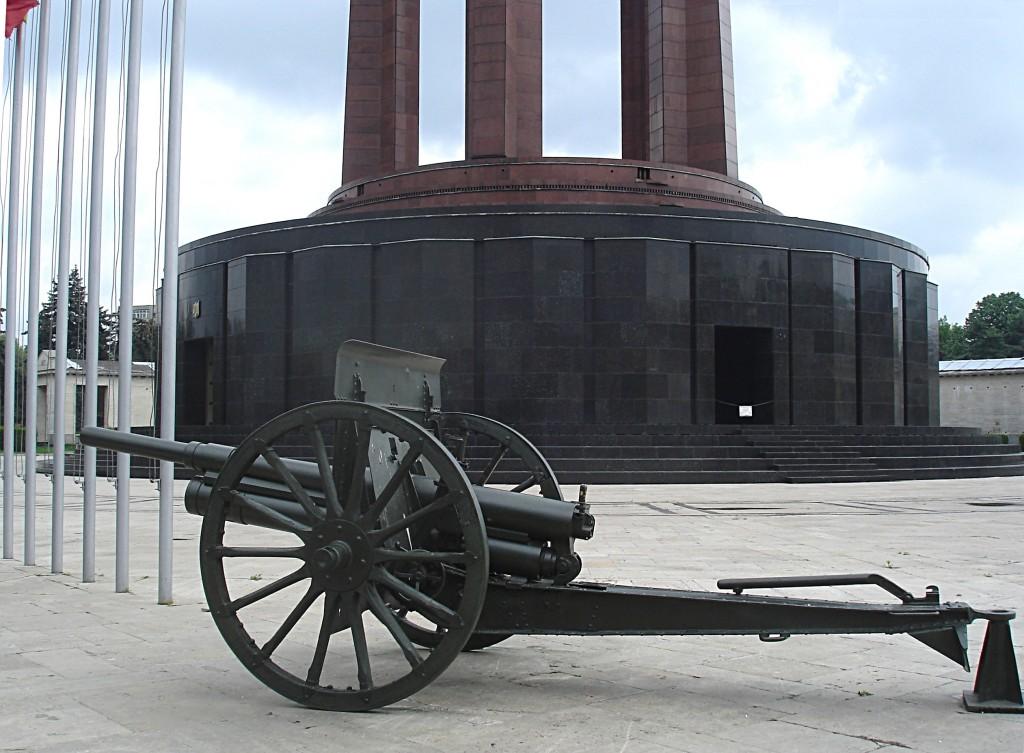 Mausoleul din Parcul Carol este încadrat de tunuri din Primul Război Mondial