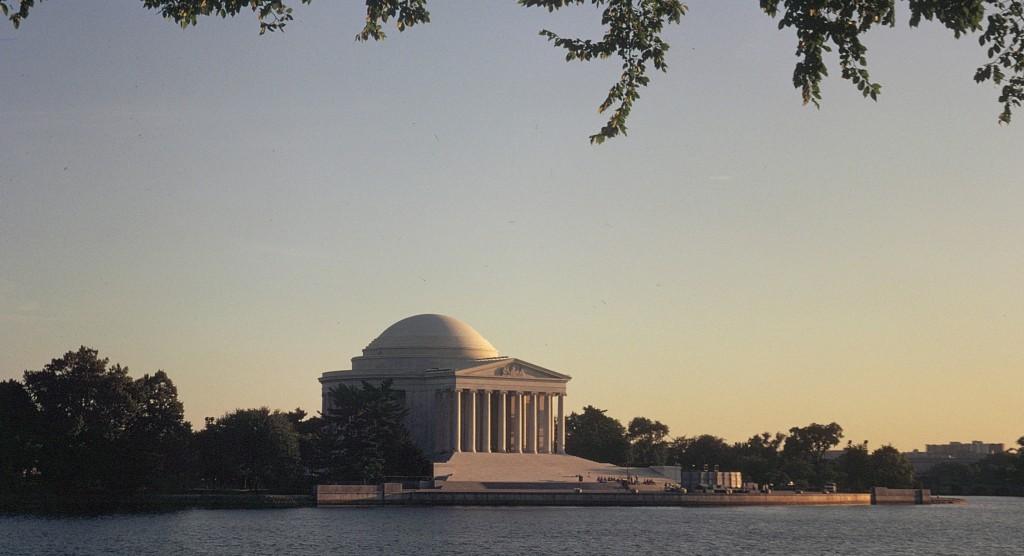Memorialul văzut de la distanță
