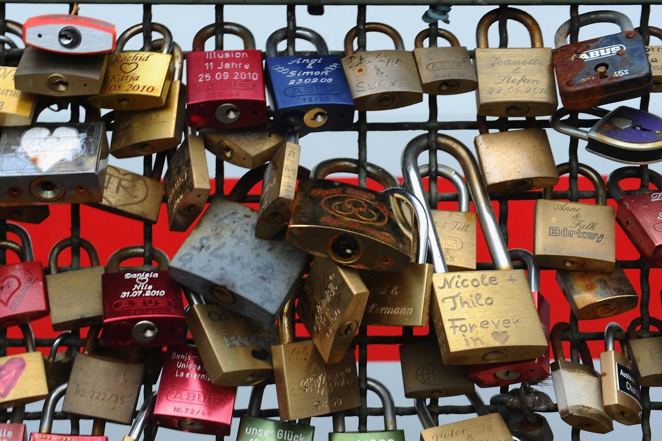 Mii de lacăte inscripționate sunt prinse de Podul Hohenzollern ca semn al iubirii veșnice