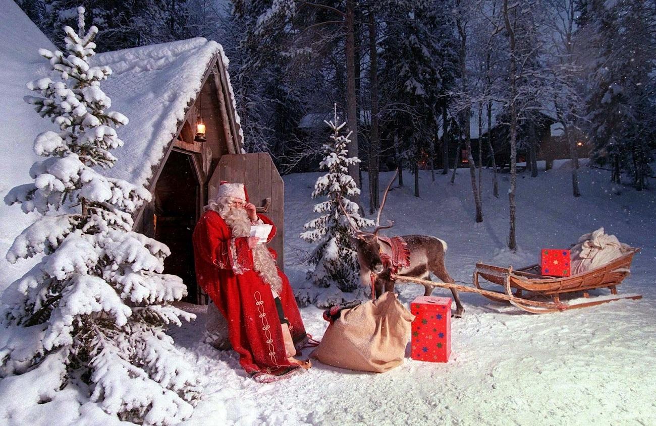 Moș Crăciun și ajutoarele sale de nădejde