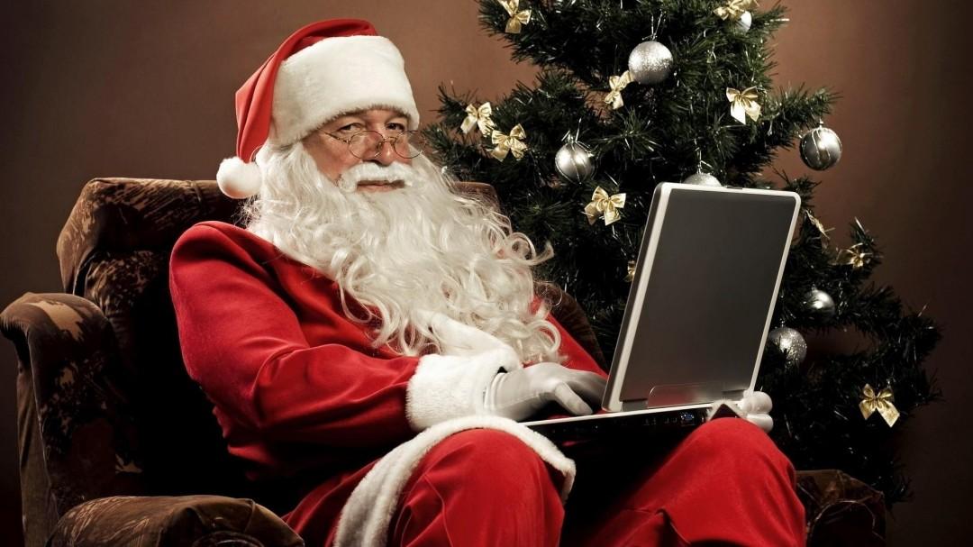 Moșul de astăzi se folosește de tehnologia modernă pentru a întocmi listele de cadouri