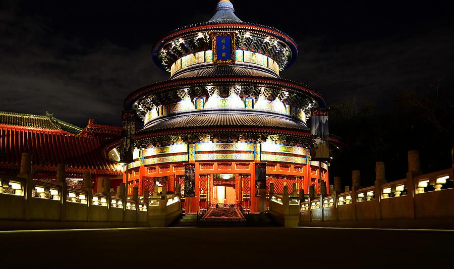 Noaptea, Templul Cerului este învăluit de lumină