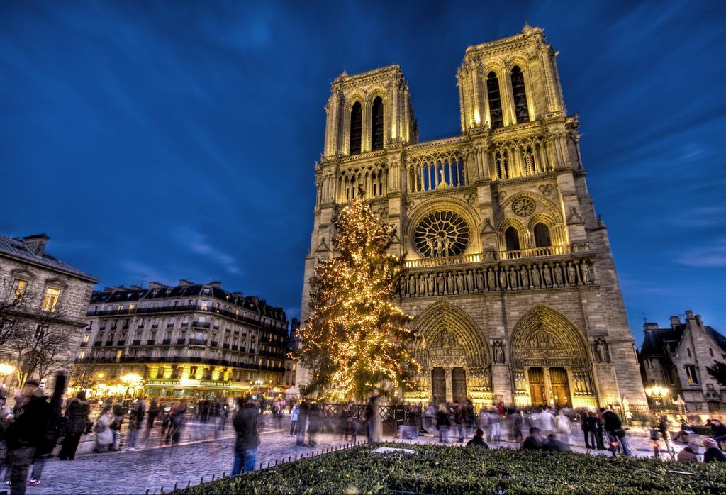 Notre Dame în zi de sărbătoare