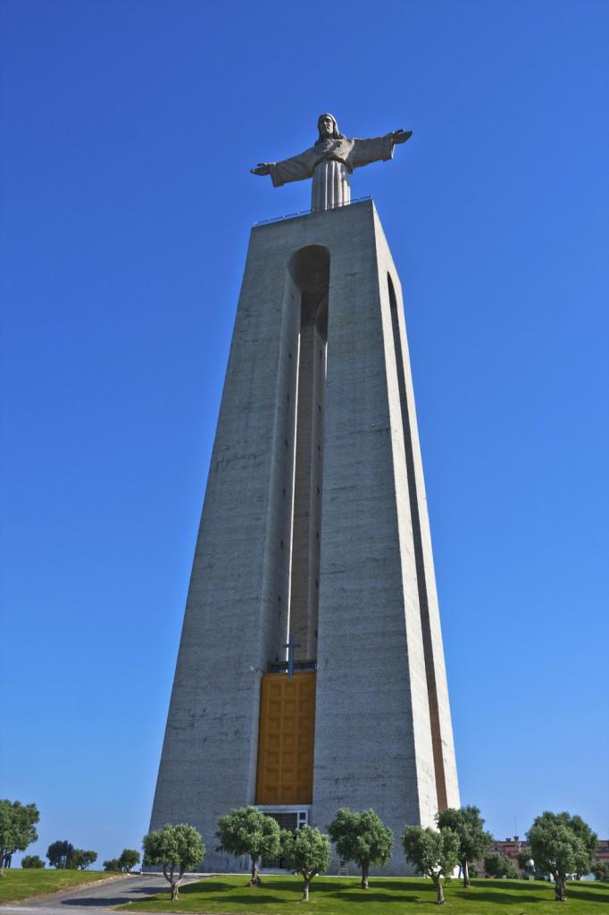 Nu poți percepe cât de mare este monumentul până nu ajungi la baza lui