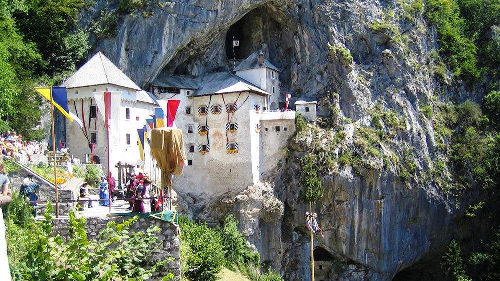 Numeroși turiști admiră necontenit frumusețea Castelului Predjama
