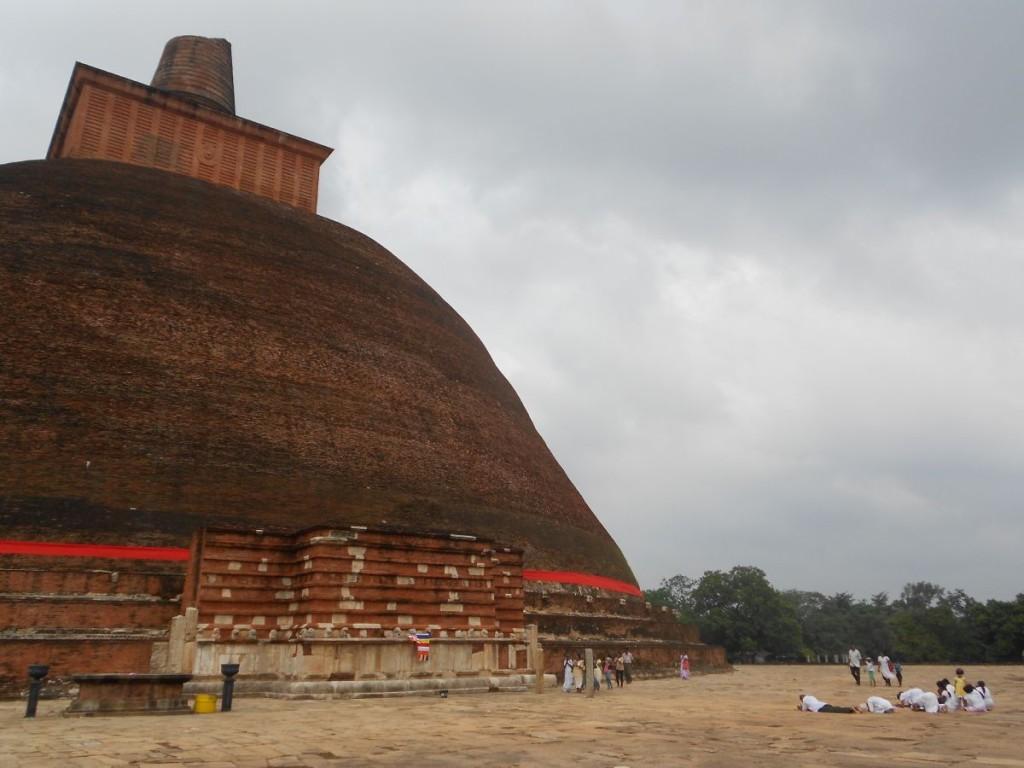 Numeroase persoane  se roagă în fața Templului Jetavaranamaya