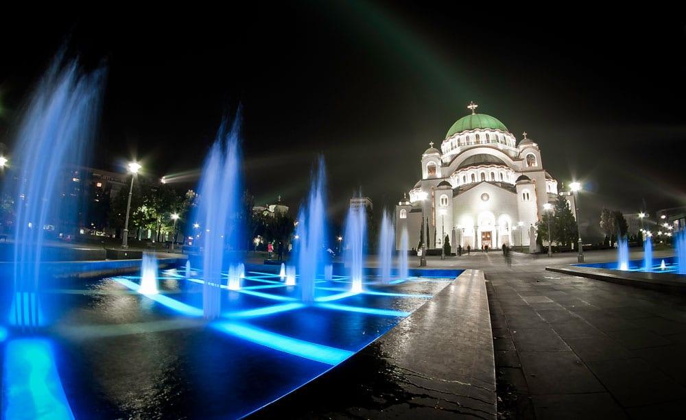 O frumoasă fântână arteziană evidențiază și mai mult Catedrala Sfântul Sava
