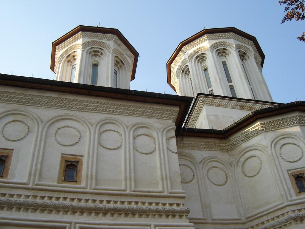 Pereții exteriori ai bisericii principale