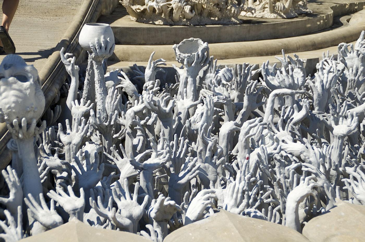 Peste 500 de mâini întinse au fost sculptate de o parte și de alta la intrarea în templu