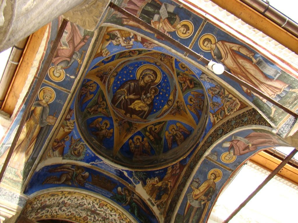 Pictură în interiorul uneia dintre turlele bisericii