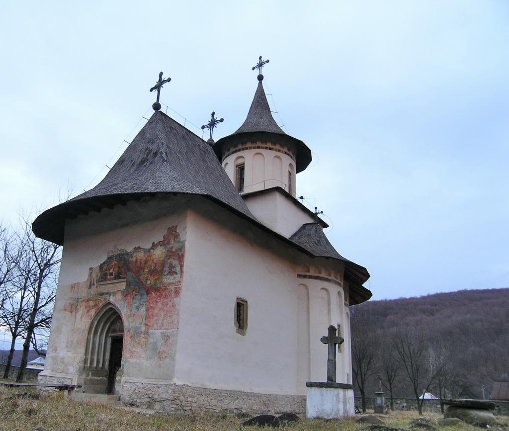 Picturi încă vizibile pe pereții exteriori la Biserica Pătrăuți