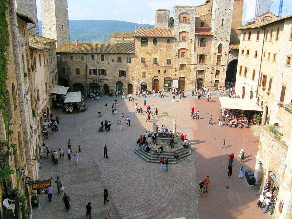 Pieţele din San Gimignano îmbie la plimbări îndelungate