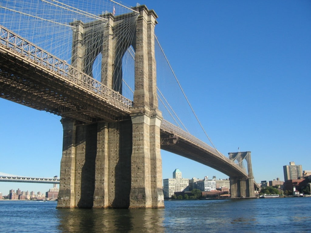 Pilonii podului nu ajung până în stratul de rocă de sub râu însă și așa sunt foarte rezistenți