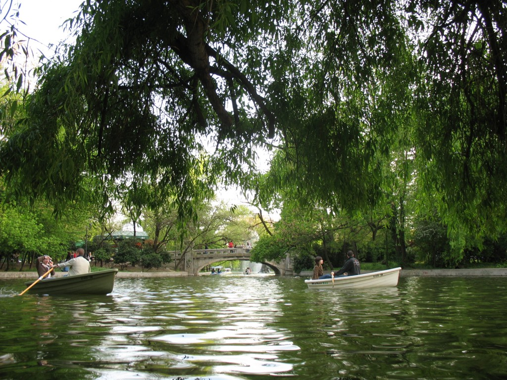 Plimbarea cu barca pe lacul din Cișmigiu, o adevărată plăcere