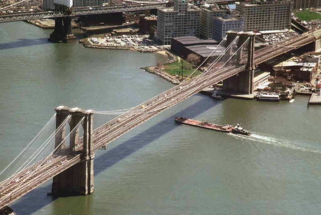 Podul Brooklin are o pasarelă centrală supra înălțată pentru pietoni și bicicliști