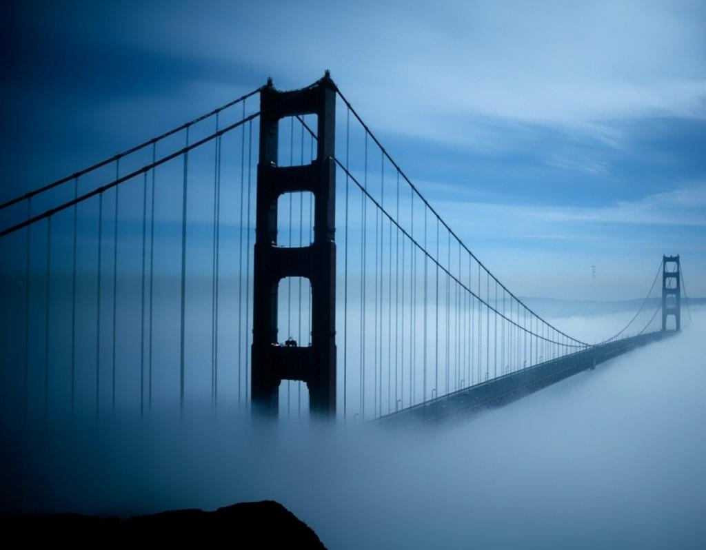 Podul Golden Gate învăluit în ceață