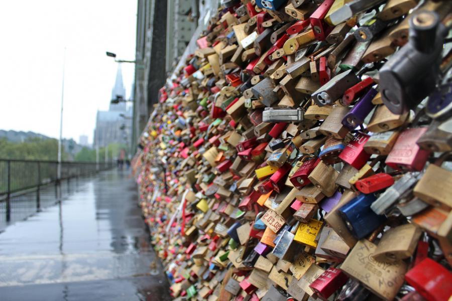 Podul Hohenzollern împodobit cu mii de lacăte ale iubirii