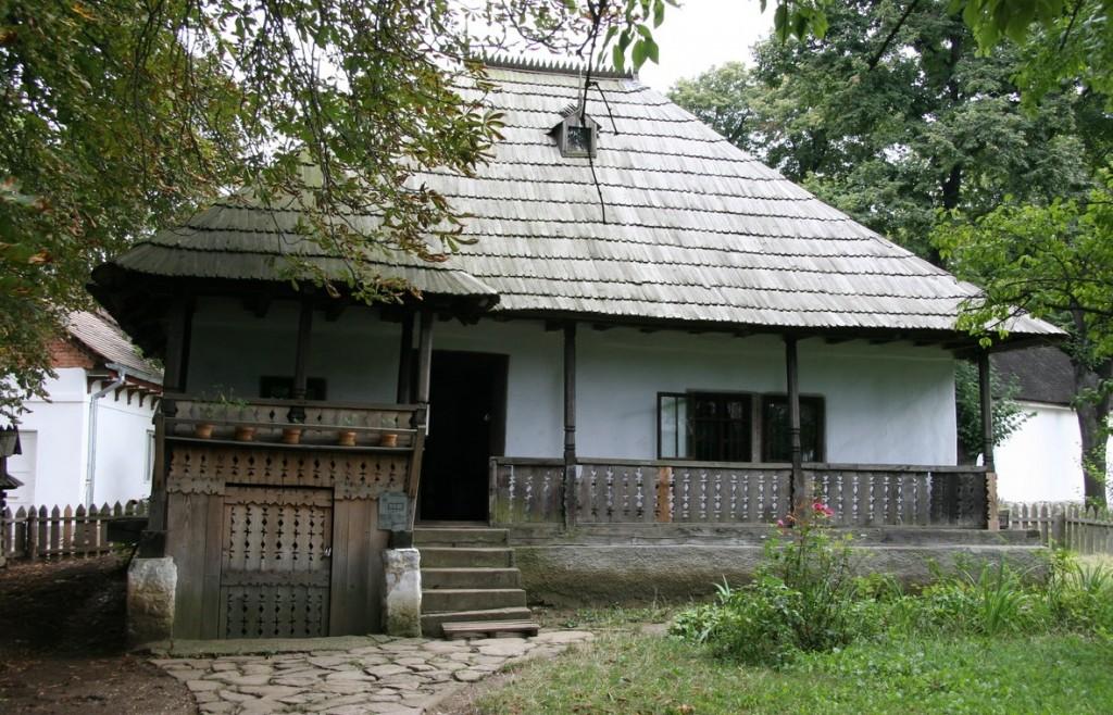 Prin Moldova casele se făceau joase, fără supraînălțarea tradițională prin Transilvania