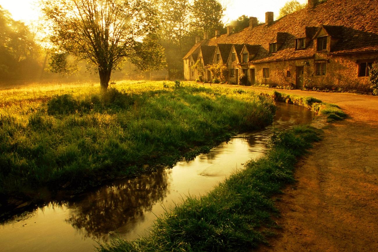 Răsăritul soarelui evidenţiază şi mai mult frumuseţea Satului Bibury