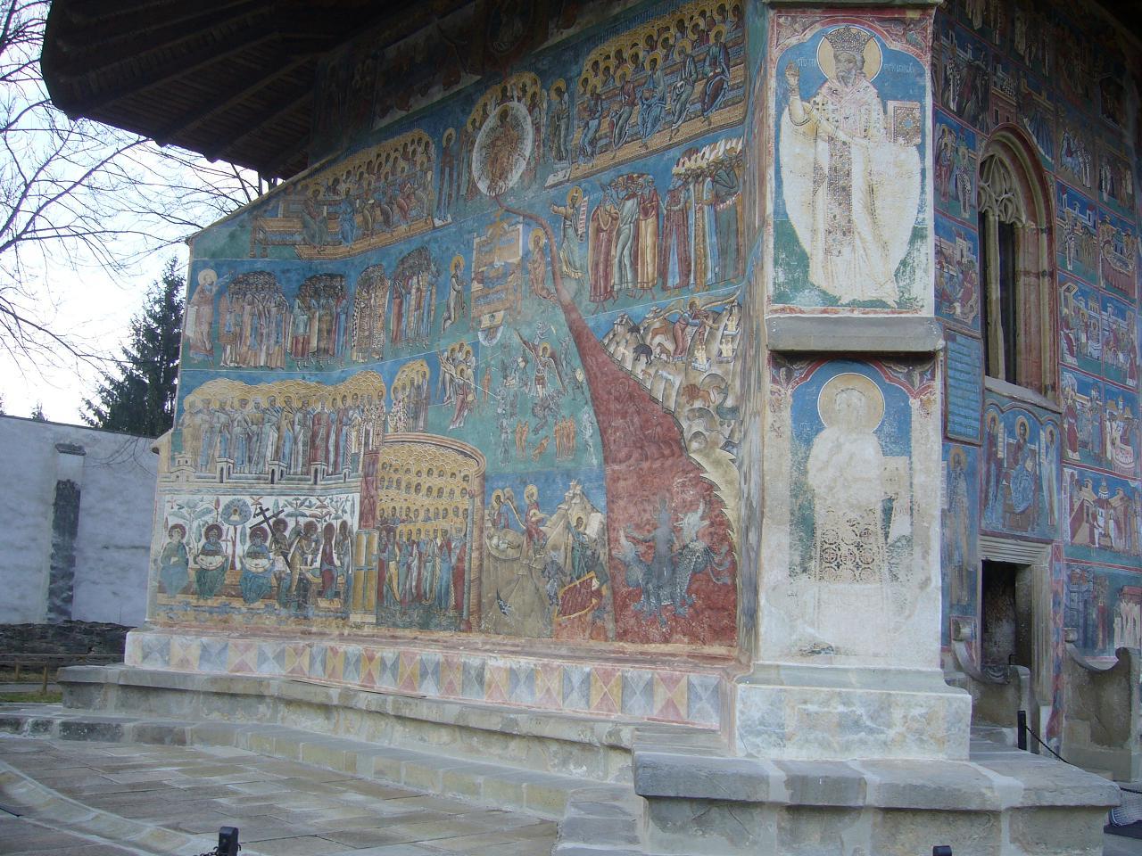 detaliu foarte bine conservat pe unul dintre pereții de la Mânăstirea Voroneț