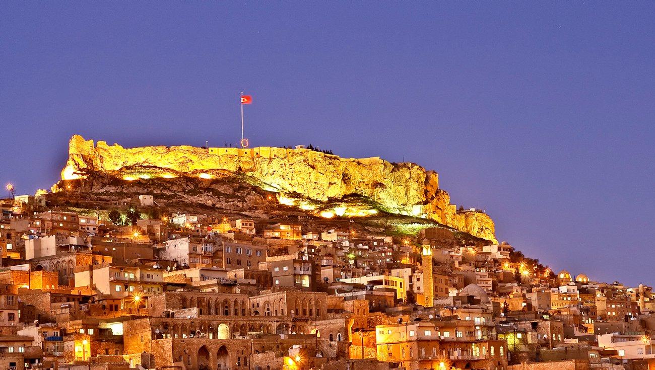 Seara,clădirile din Mardin sunt frumos iluminate