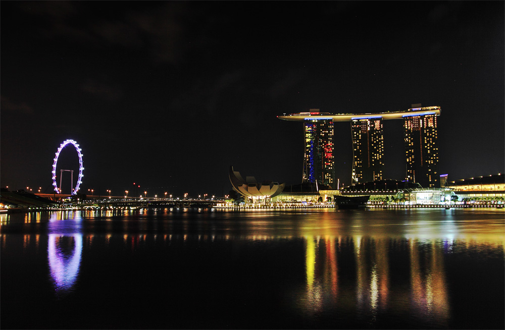 Singapore Flyer și Marina Bay Sands crează un orizont ultramodern în Singapore