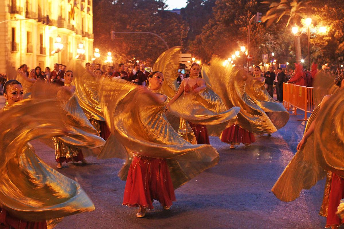 Spectacol de dansuri latine în timpul Festivalului Las Fallas