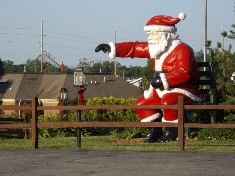Statuia lui Moș Crăciun, din orașul omonim
