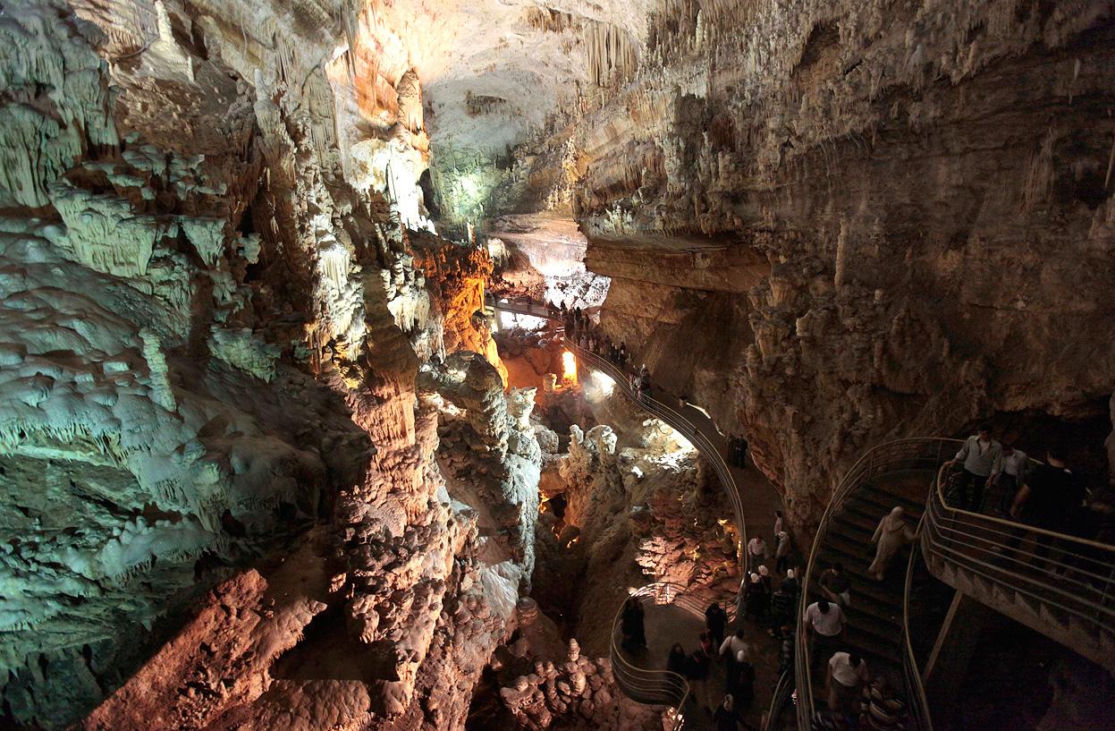 Sute de oameni vizitează zilnic Peștera Jeita Grotto