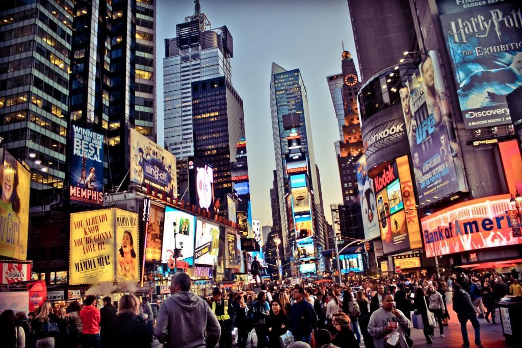 Times Square se umple de oameni încă din seara de revelion, cu ore bune înainte de eveniment