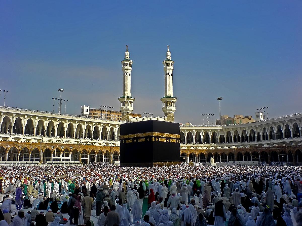 Toţi credincioşii se adună în jurul cubului negru, prima construcţie de la Mecca