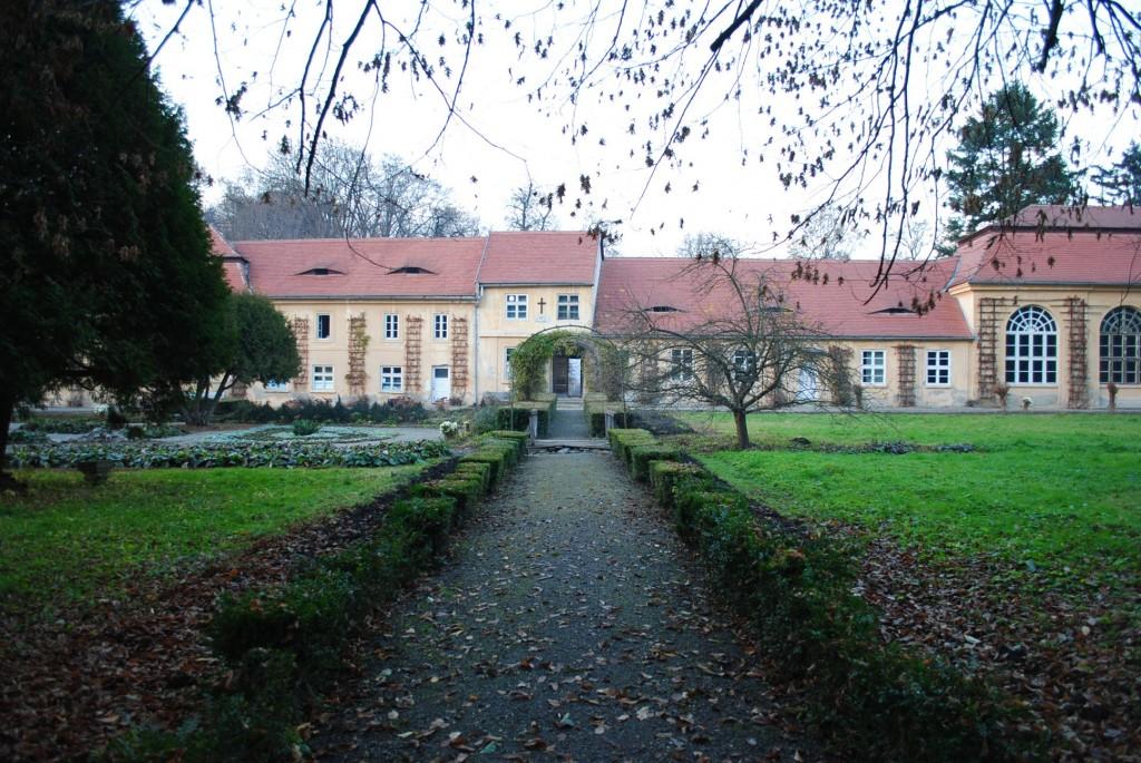 Toamna nu iartă nici frumoasa grădină de la Avrig, în fundal orangeria
