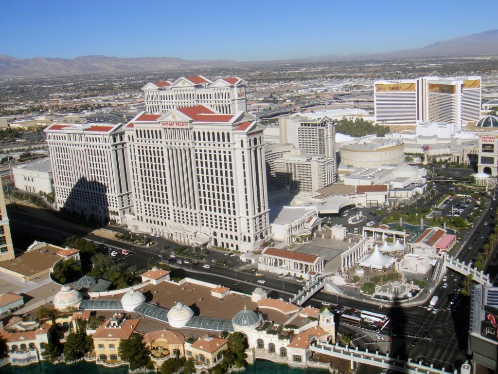 Top 5 hoteluri de lux din Las Vegas - Caesars Palace cu The Mirage în fundal